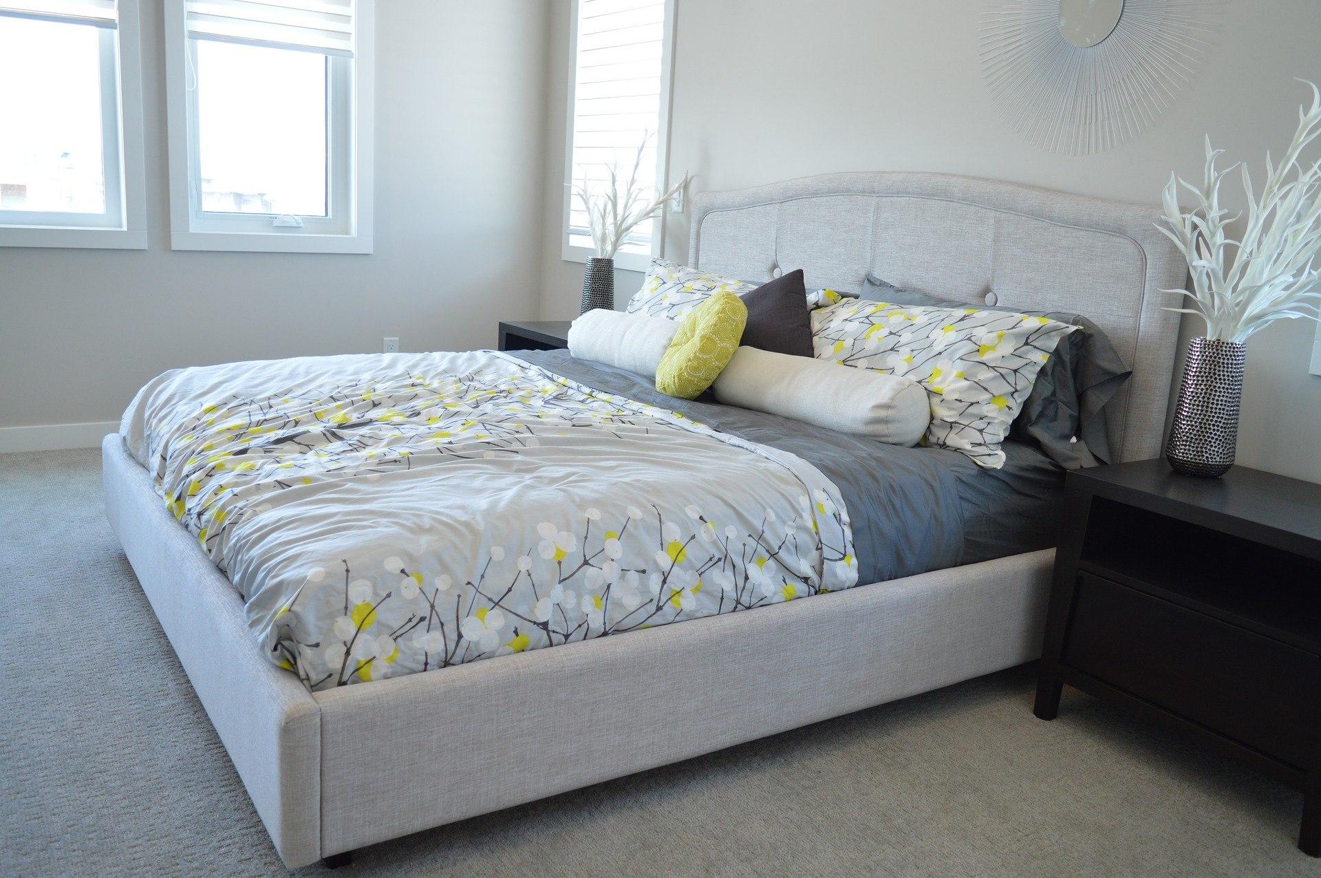 Mėlynas miegamasis: spalvų paletė jaukiai erdvei